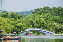 鞍山二一九公园劳动湖上的怡莲桥