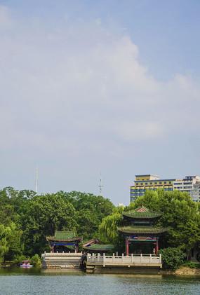 鞍山二一九公园劳动湖上环翠阁侧景与白云