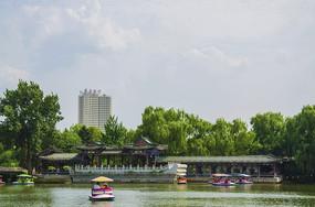 鞍山二一九公园劳动湖上环翠阁亭廓全景与白云