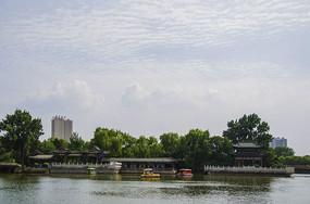 鞍山二一九公园劳动湖边亭廓与蓝天白云