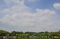 鞍山二一九公园劳动湖上怡莲桥与彩云飘飘