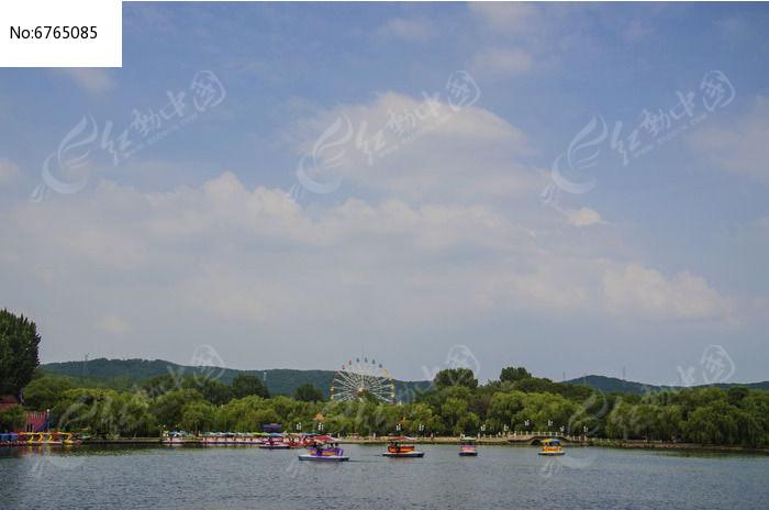 鞍山二一九公园劳动湖上双孔石桥与蓝天白云图片