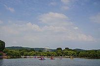 鞍山二一九公园劳动湖上双孔石桥与蓝天白云