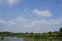 鞍山二一九公园劳动湖上双桥与白云朵朵