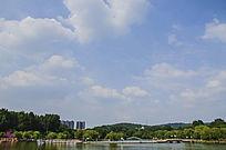 鞍山二一九公园劳动湖上双桥与朵朵白云