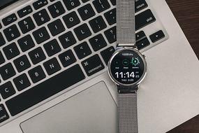 键盘上的智能手表