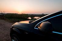 坪塘外的夕阳和车子
