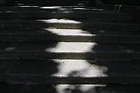 石板梯上的阳光