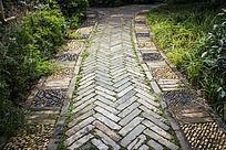 石子拼凑的花纹小路