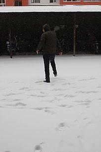 玩雪的男性图片
