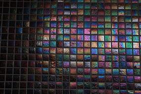 反彩色光的马赛克砖墙