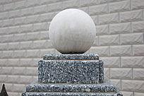 石柱上的大理石圆球