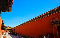 中国故宫长廊高墙光影