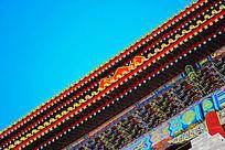 蓝天下的古建筑屋檐