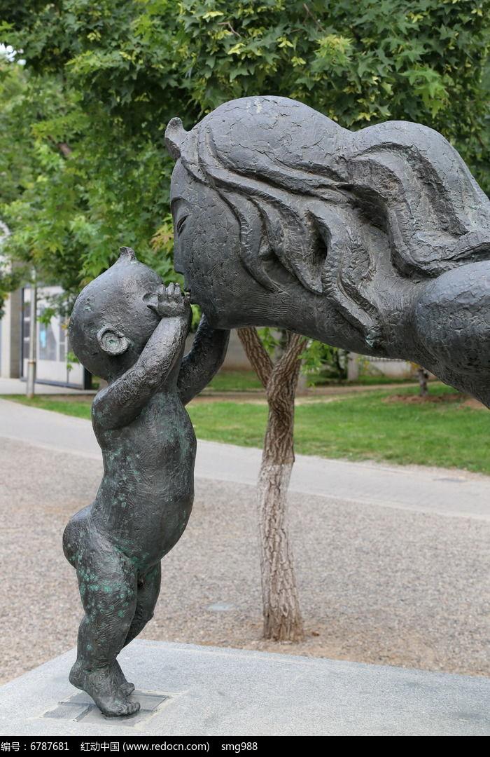 石雕妈妈的吻