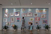 布满儿童画画作品的墙
