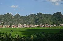 大山里的稻田风光图