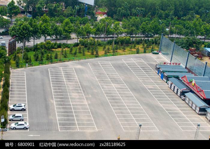 俯拍室外停车场的线条