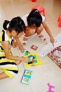 女孩玩耍学习