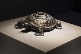 鎏铜铸型兽龟东来顺款温酒壶近景