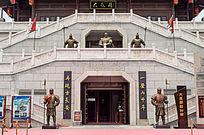 硬建筑上的将军雕塑