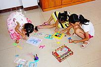 一起玩耍的儿童