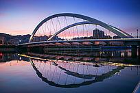 傍晚的城市桥梁