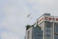 航模飞过大厦上空