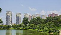 鞍山孟泰公园的湖与高层居民建筑群