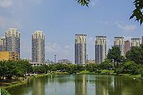 鞍山孟泰公园的湖与高层柱楼建筑群