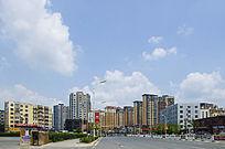 鞍山水源路两侧居民建筑与蓝天白云