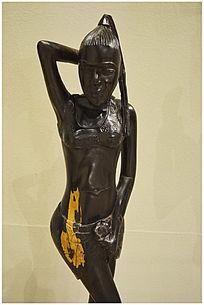 抱头的女性木雕