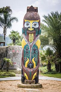 彩色人物雕塑图腾柱