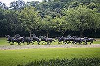草原上的奔马雕塑