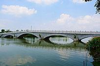 湖面上的拱桥
