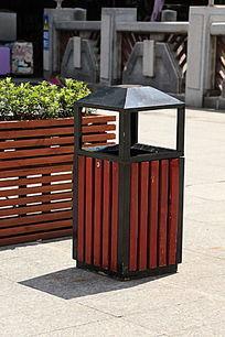木制垃圾桶
