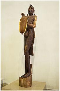 拿盾牌的非洲女人雕塑