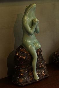 祈祷的青蛙人瓷雕
