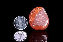 天然南红笑佛挂坠与硬币参照图