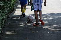踢足球的学生