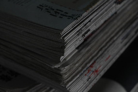 报纸堆一角