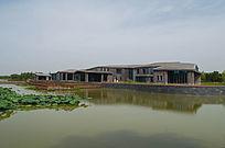 池塘上的建筑