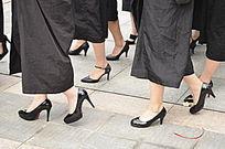 穿高跟鞋走路