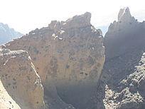 荒凉的石山风景图片