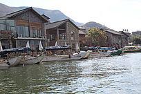 酒吧街的白族渔船