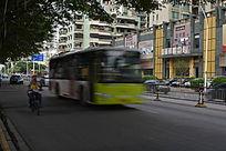 快速行驶的公交车