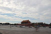 蓝天白云下的天安门广场