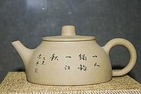 清秀文字图案的红色茶壶