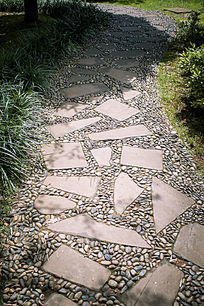 石板和石子铺成的小路