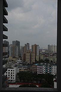 通过高楼走廊窗口看城市风景